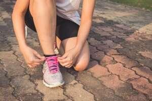 Atando cordón de zapatillas para correr