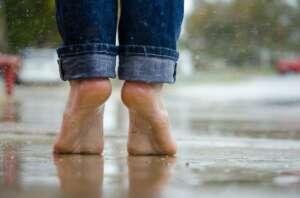 pies descalzos agua puntillas